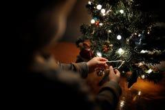 A criança decora a árvore de Natal fotografia de stock