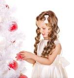 A criança decora a árvore de Natal. Imagem de Stock