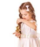 A criança decora a árvore de Natal. Fotos de Stock Royalty Free