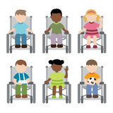 Criança deficiente que senta-se na cadeira de rodas Imagens de Stock Royalty Free