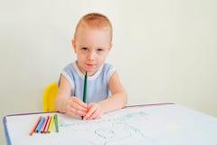 A criança desenha Fotografia de Stock Royalty Free
