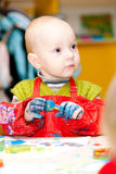 A criança desenha pinturas de um dedo Fotos de Stock Royalty Free