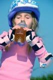 Criança desportiva bebendo Imagens de Stock