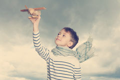 Criança despreocupada com brinquedo fora Imagens de Stock