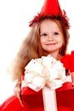 Criança do aniversário no vestido vermelho com caixa de presente. Fotos de Stock Royalty Free