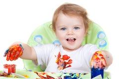 A criança do bebê cria o retrato da arte com as pinturas imagem de stock