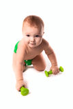 Criança do bebê, criança nos tecidos verdes que fazem exercícios com dumbbel imagens de stock