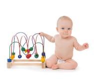 Criança do bebê da criança do jardim de infância que senta e que joga o educa de madeira Fotografia de Stock Royalty Free