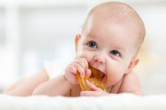 A criança do bebê que encontra-se na barriga weared o tecido com Fotos de Stock