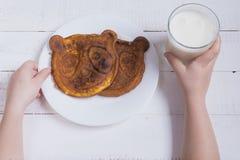 Criança do café da manhã leite e ovos mexidos Pequeno almoço saudável fotos de stock