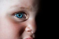 A criança do close-up da cara Um meio estão completamente na máscara Imagem de Stock