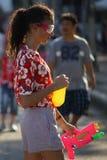 A criança do estrangeiro prepara o jogo da água durante Songkran foto de stock royalty free