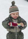 Criança do inverno com luvas Fotografia de Stock Royalty Free