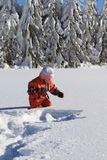 Criança do inverno na neve Fotografia de Stock