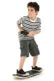 Criança do jogador do skate do jogo video fotos de stock