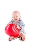 A criança do menino está em uma camisa de manta, um balão vermelho Fotografia de Stock Royalty Free