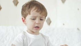 A criança do menino expressa o descontentamento, mostra emoções filme