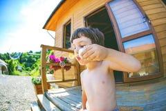 A criança do menino funde bolhas imagem de stock royalty free