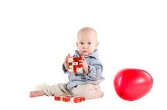 A criança do menino jogou presentes festivos Imagens de Stock