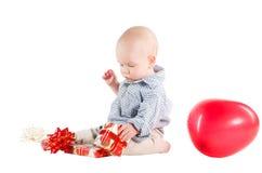 A criança do menino jogou presentes festivos Foto de Stock Royalty Free