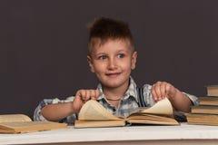 A criança do menino leu o livro, educação das crianças Foto de Stock Royalty Free