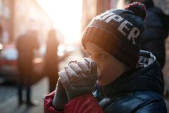 Criança do menino que bebe o cacau quente da caneca de papel Imagem de Stock Royalty Free