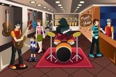 Criança do pai que compra o instrumento musical Imagem de Stock