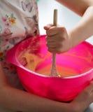 Criança do recipiente com fatura do bolo da colher fotografia de stock