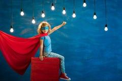 Criança do super-herói em casa Foto de Stock