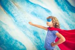 Criança do super-herói em casa Fotos de Stock