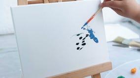 Criança do talento da arte do lazer que tira a imagem abstrata video estoque