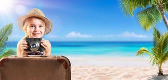 Criança do turista com mala de viagem imagens de stock royalty free