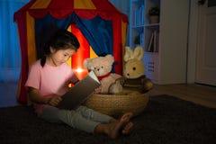 Criança doce bonita que senta-se na frente da barraca da criança Fotos de Stock Royalty Free
