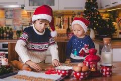 Criança doce da criança e seu irmão mais idoso, meninos, mamã de ajuda p fotos de stock royalty free