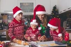 Criança doce da criança e seu irmão mais idoso, meninos, mamã de ajuda que prepara cookies do Natal em casa fotografia de stock royalty free