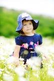 Criança doce no campo da margarida Imagem de Stock