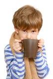 A criança doente bebe o chá Fotos de Stock Royalty Free