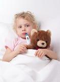 Criança doente com termômetro Fotos de Stock