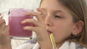 Criança doente com drogas bebendo, cara doente triste da menina com o termômetro no sofá, 4K video estoque