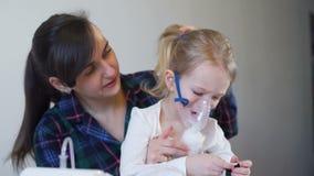 Criança doente com Nebulizer pediatra video estoque