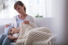 Criança doente de sono de apoio do cuidador com câncer no hospício fotografia de stock