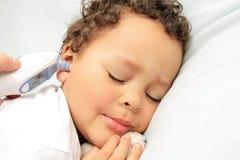 Criança doente na cama foto de stock
