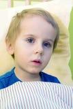 Criança doente na cama Fotos de Stock