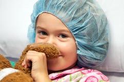 Criança doente que desgasta o tampão cirúrgico Imagem de Stock
