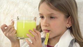 Criança doente que prepara-se para beber as drogas, cara doente triste da menina no sofá, termômetro 4K video estoque