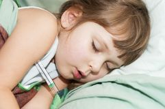 Criança doente que spleeping Fotos de Stock Royalty Free