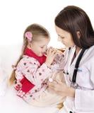 A criança doente toma a medicina. Isolado. fotos de stock royalty free