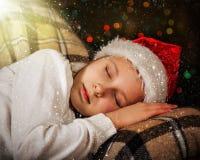 A criança dorme no Natal, mágica do Natal Fotos de Stock Royalty Free