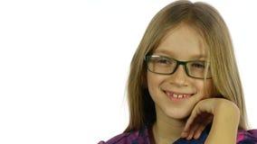 Criança dos monóculos que olha in camera, retrato louro bonito seguro da menina, cara 4K filme
