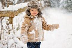 Criança durante coberto de neve na floresta foto de stock royalty free